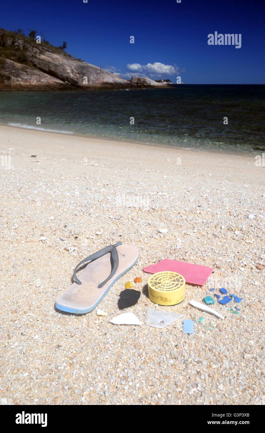 La basura de plástico recogidos en la playa, Turtle Bay, Isla Lizard, la Gran Barrera de Coral, Queensland, Australia Foto de stock