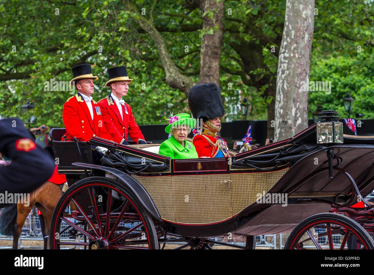 La reina en un traje verde brillante paseos con el Duque de Edimburgo en un carro a lo largo del Mall en el Trooping Imagen De Stock