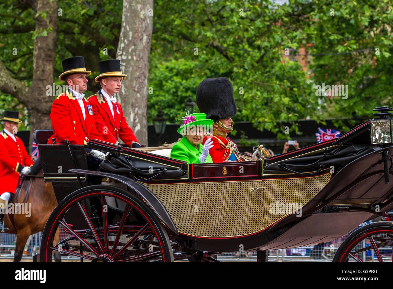 La reina en un traje verde brillante paseos con el Duque de Edimburgo en un carro a lo largo del Mall en el Trooping Foto de stock