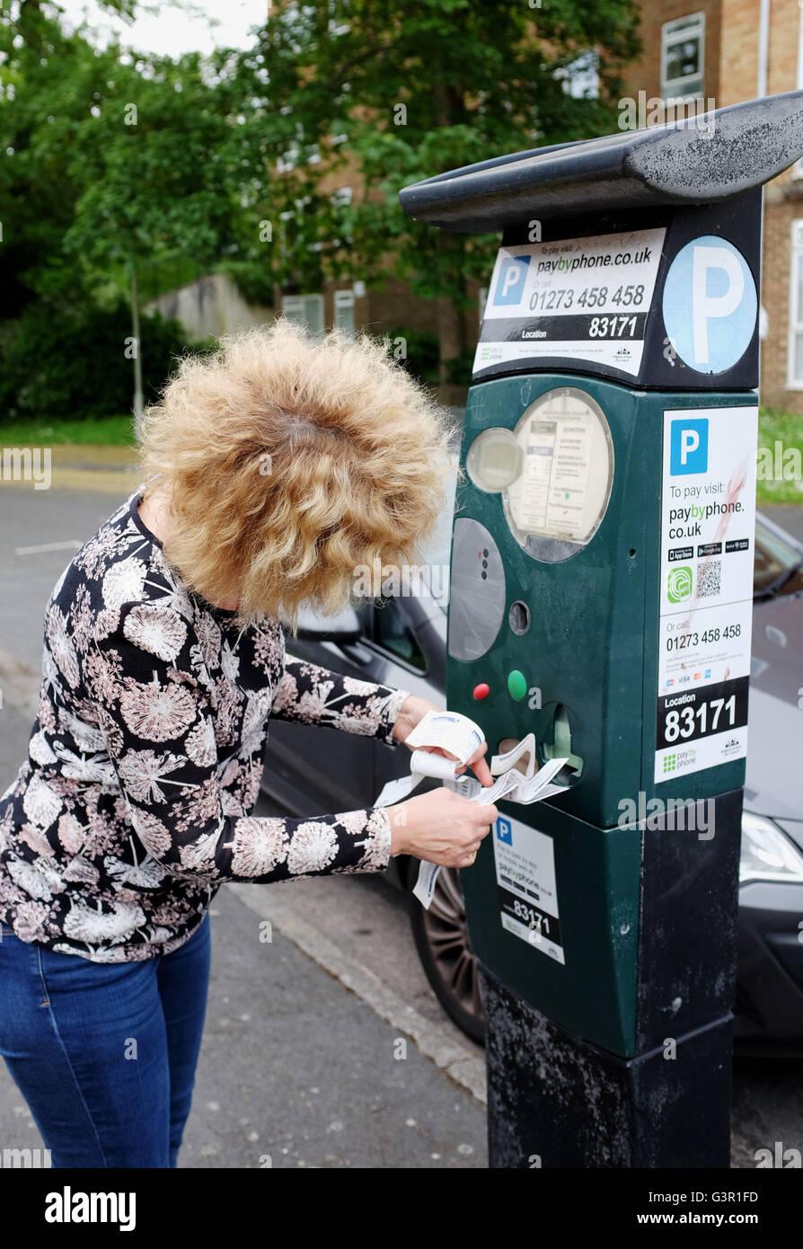 Parquímetros rotos en la ciudad de Brighton imprimir billetes inútiles con  el frustrado automovilista Imagen De e215a8a900ee8