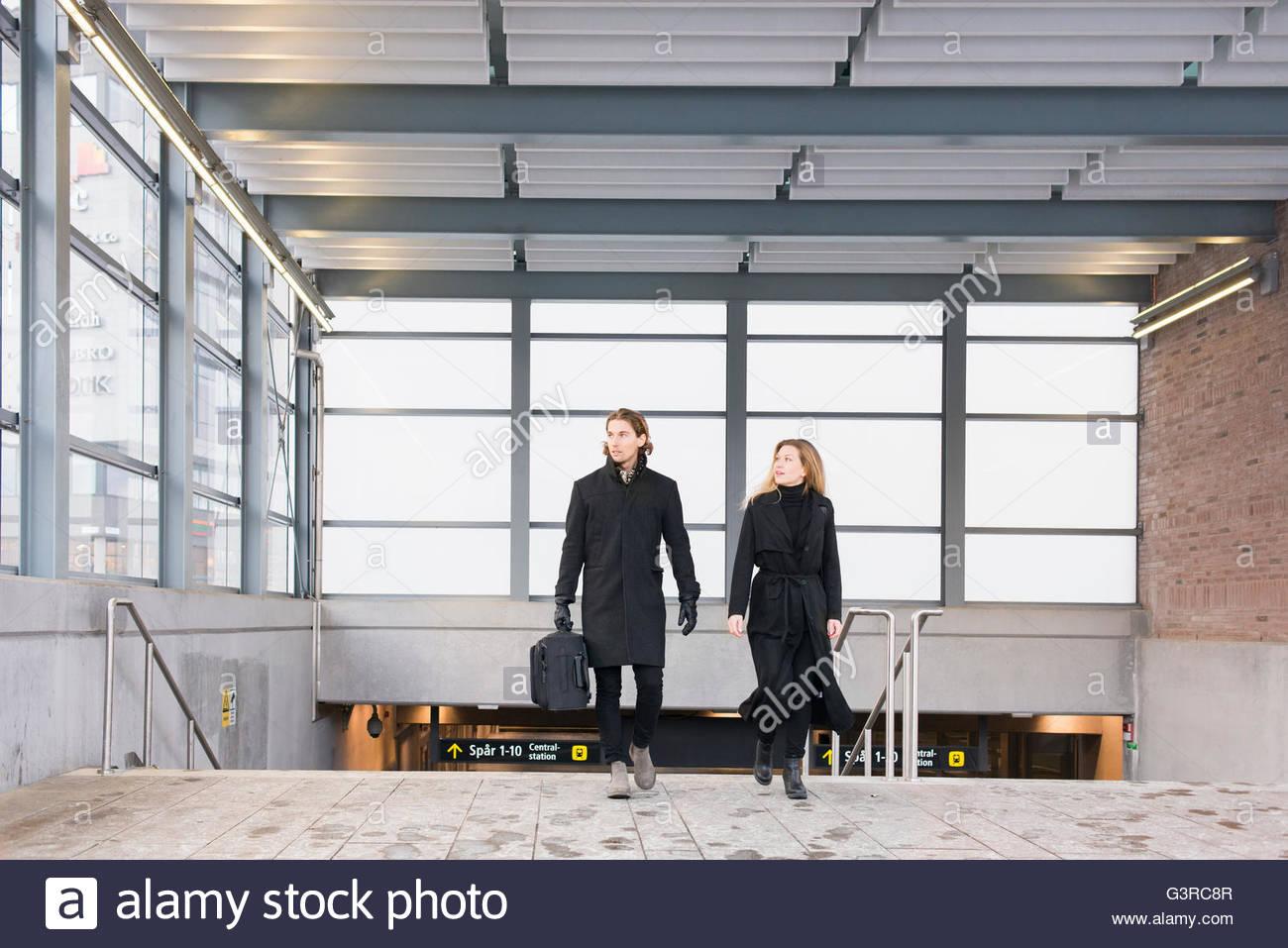 Suecia, Skane, Malmo, vista frontal de la pareja dejando la estación de metro Imagen De Stock