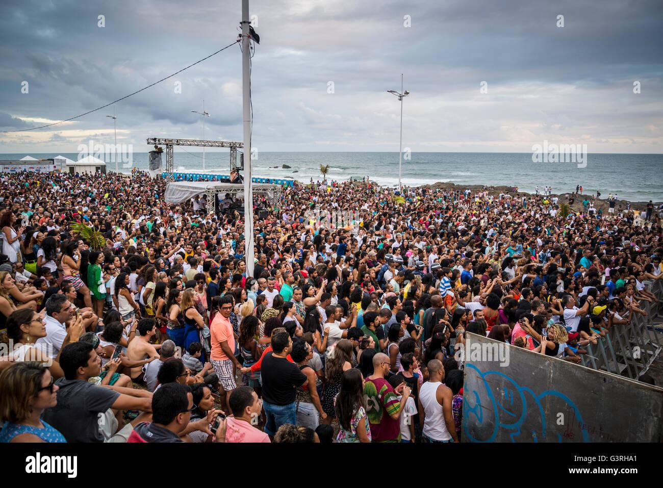 Multitud de personas viendo un concierto, Festival da Primavera, Jardim de ALAH, Salvador, Bahia, Brasil Imagen De Stock