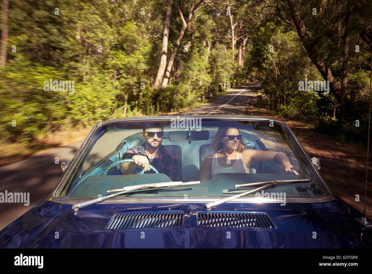 Australia, New South Wales, Sydney, Lane Cove, par la conducción de automóviles a través del bosque Imagen De Stock