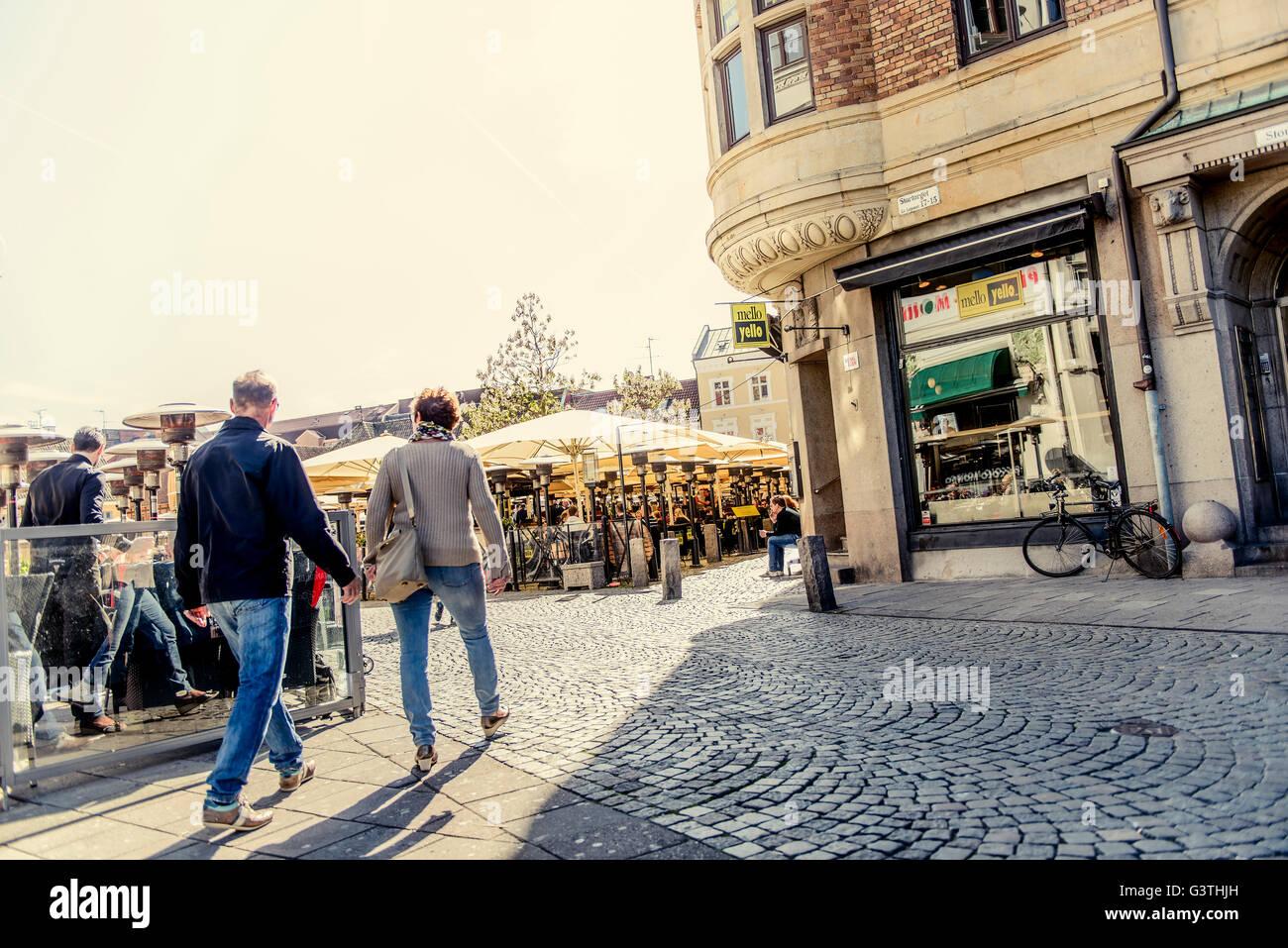 Suecia, Skane, Malmo, Lilla Torg, Senior par la celebración handsi n Town Square Imagen De Stock