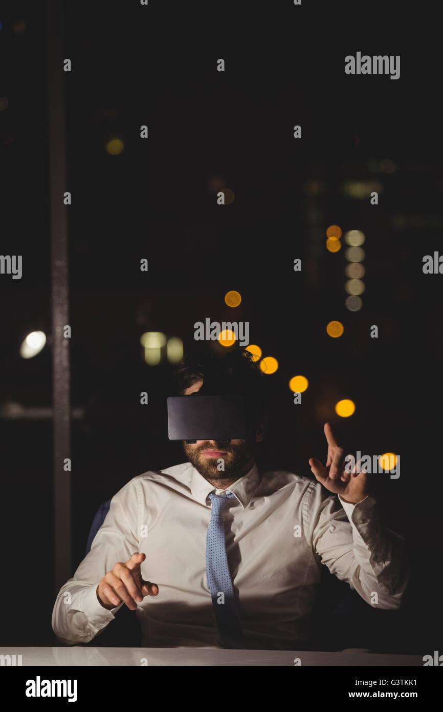 Empresario mediante dispositivo de realidad virtual Imagen De Stock