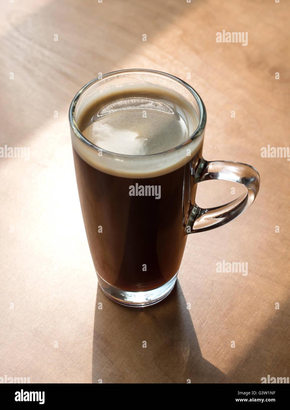 Café caliente (americano) de la mesa en la mañana Imagen De Stock