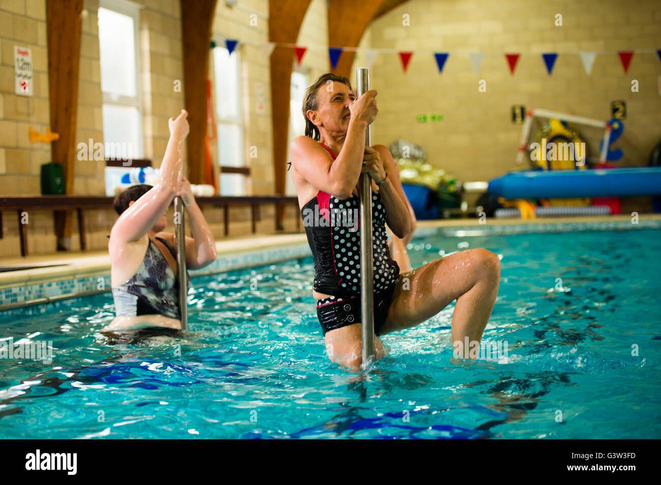 Piscina Gimnasio Hydropole clase: un grupo de mujeres de edad madura para adultos tomando parte en un 'hydropole' bailar Polo de clase de gimnasia en el agua en una piscina, REINO UNIDO Foto de stock