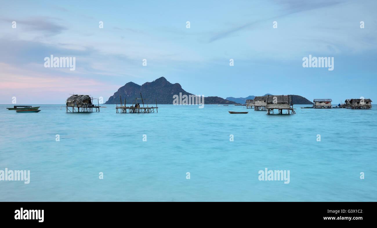 En el crepúsculo Bajau laut village en Sabah, Borneo, Malasia Imagen De Stock