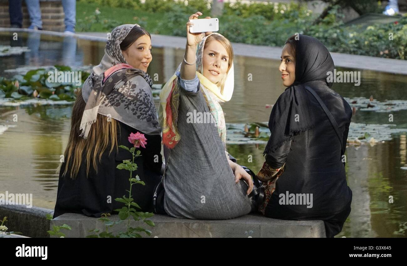 Jóvenes mujeres iraníes selfie posan para una foto en un parque de Teherán 3155f9ee4d71