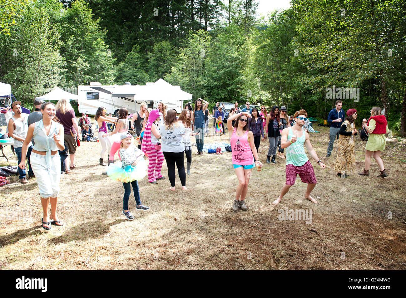 Los asistentes al festival en el Renacimiento festival de música. Squamish, BC Canadá Imagen De Stock