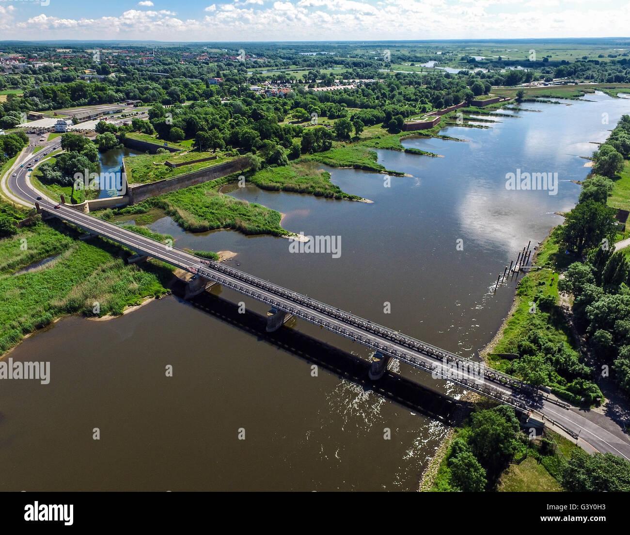 Kuestrin, Alemania. 16 de junio de 2016. Vista sobre el río Oder en el puente del camino entre la ciudad polaca Imagen De Stock