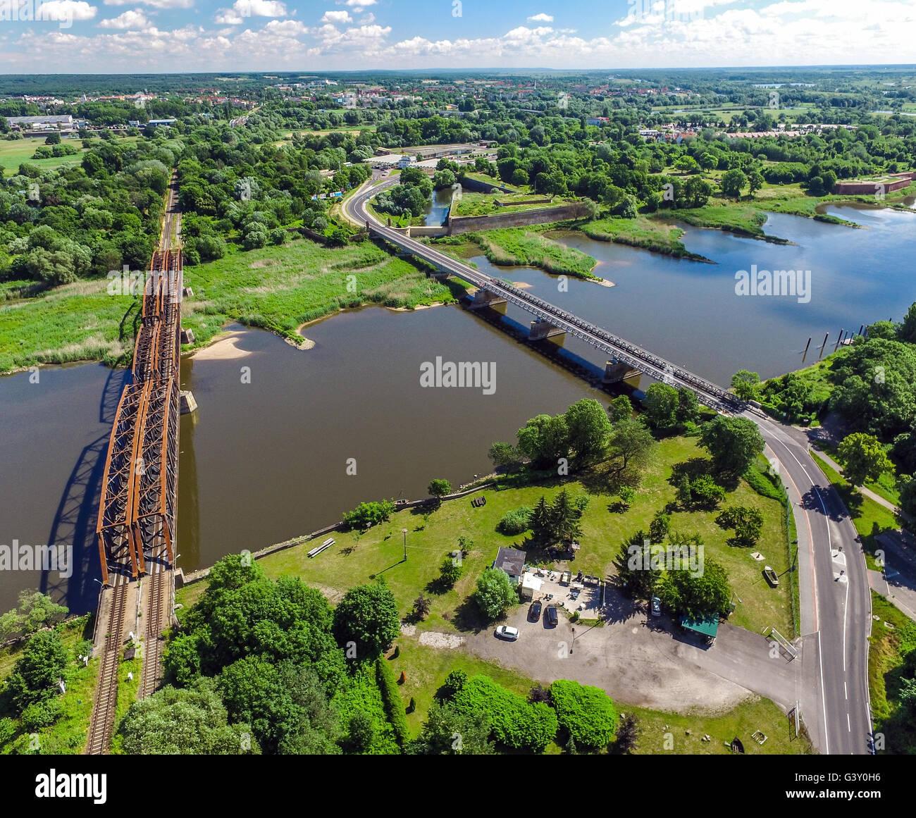 Kuestrin, Alemania. 16 de junio de 2016. Vista sobre el río Oder en el puente del ferrocarril (l) y el puente Imagen De Stock