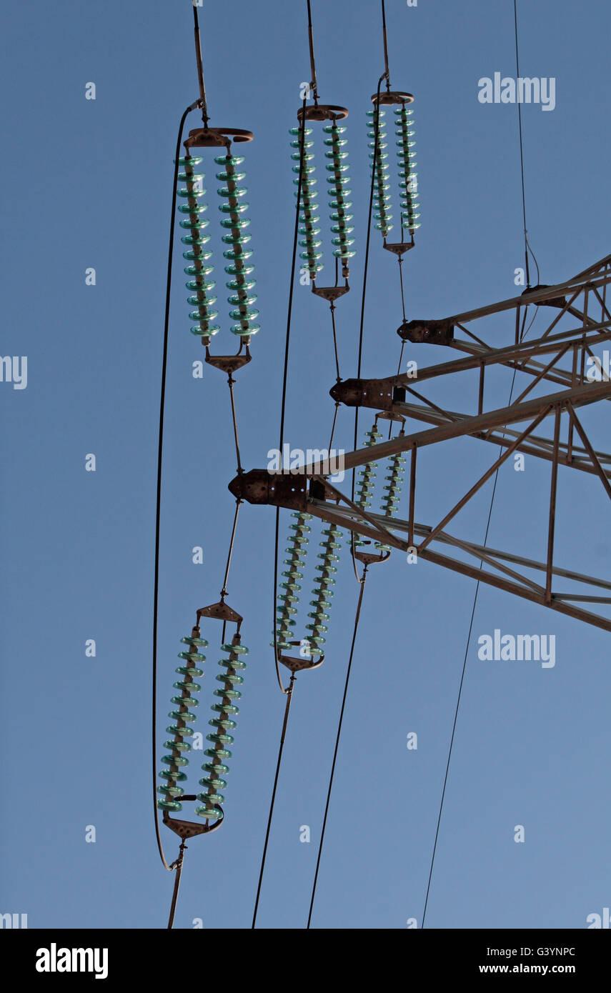 Mirando los aislantes sobre un poste eléctrico en el norte de Francia. Imagen De Stock