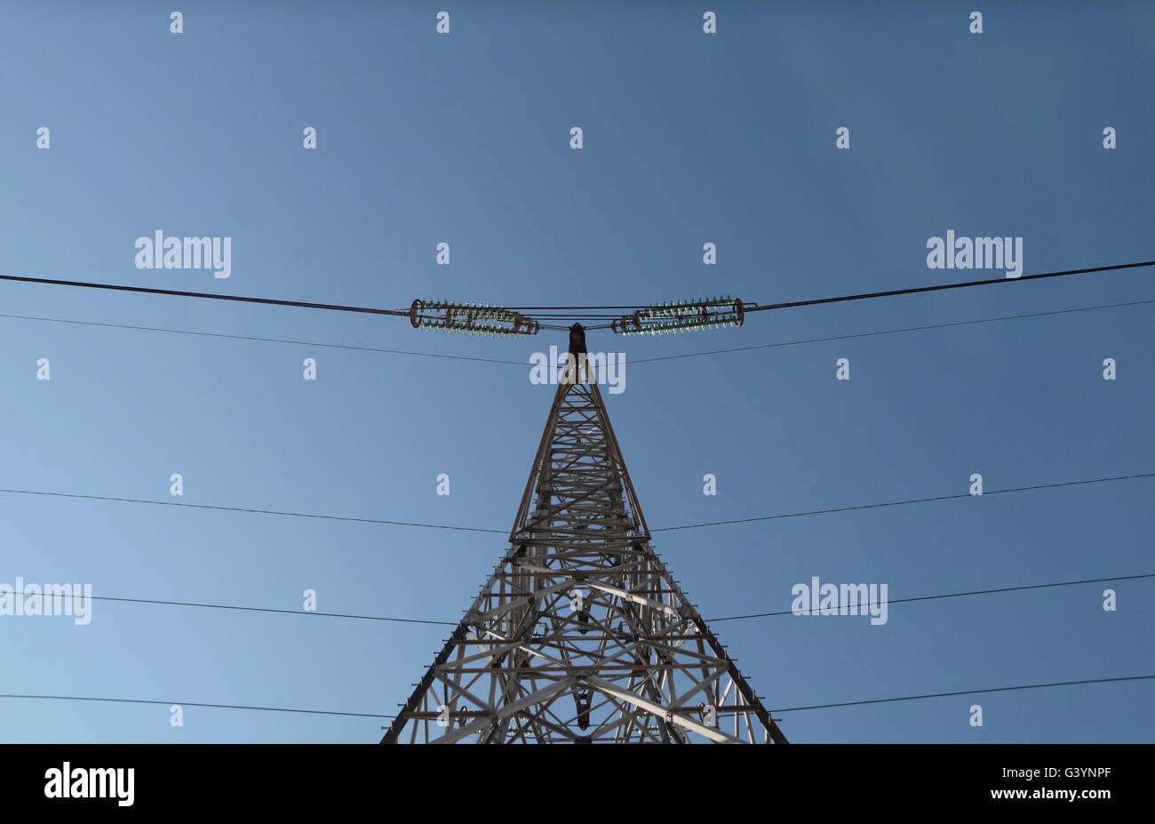 Mirando hacia arriba a un poste eléctrico en el norte de Francia. Imagen De Stock