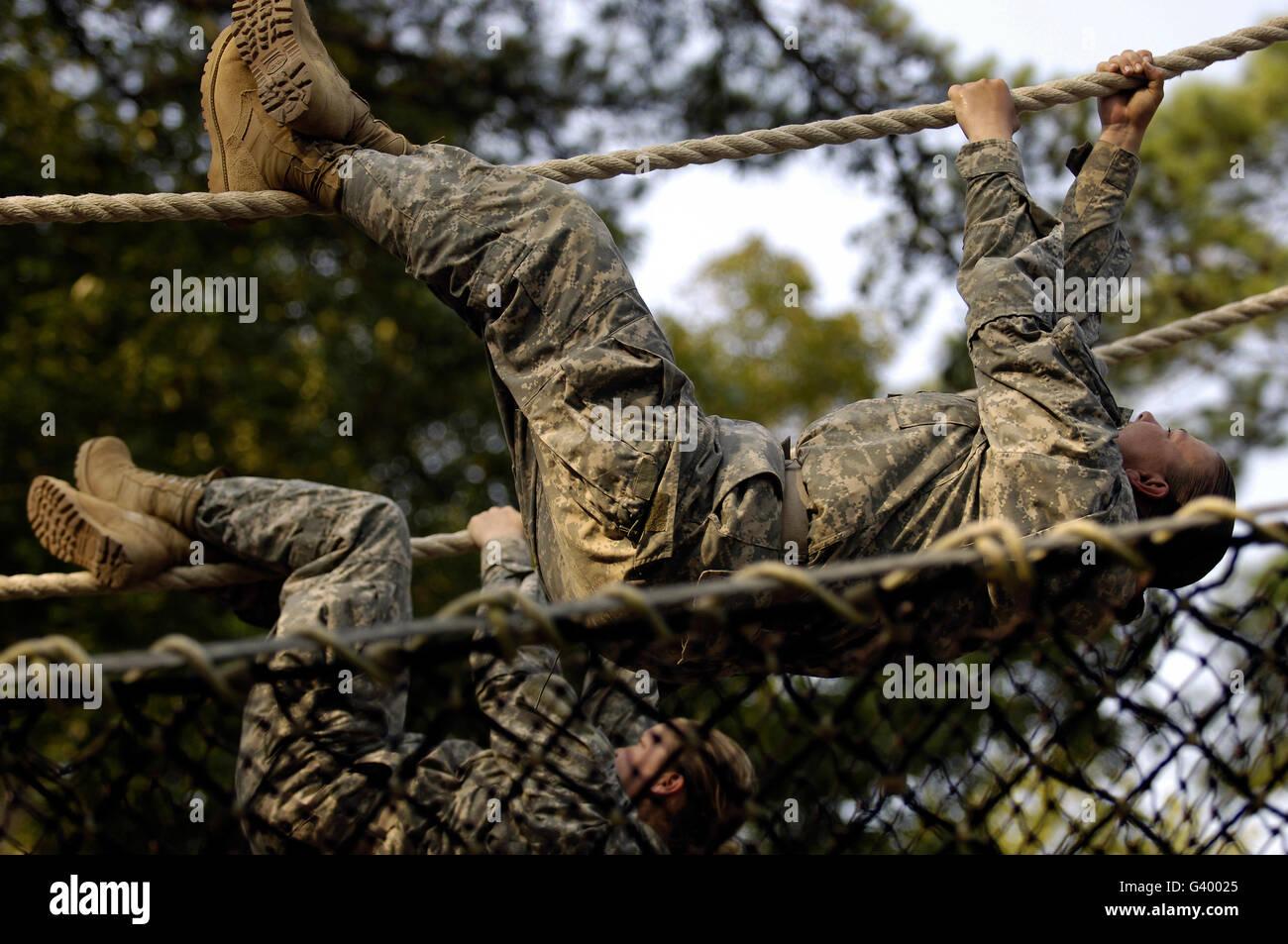 Los reclutas del Ejército de Estados Unidos que deambulan por una cuerda obstáculo durante el entrenamiento Imagen De Stock