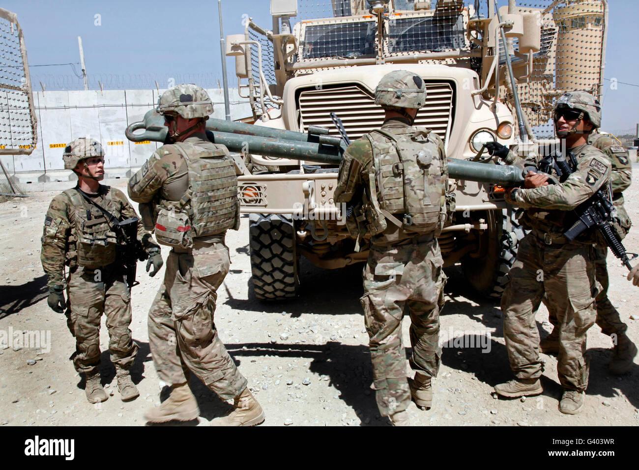 Soldados de EE.UU. mover una barra de remolque de un vehículo a otro. Foto de stock