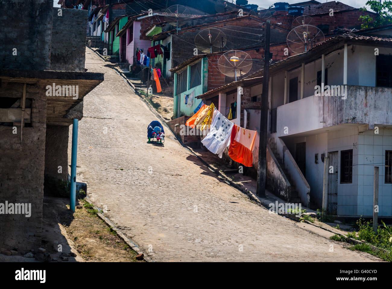 Barrio pobre por autopista, Alagoas, Brasil Imagen De Stock