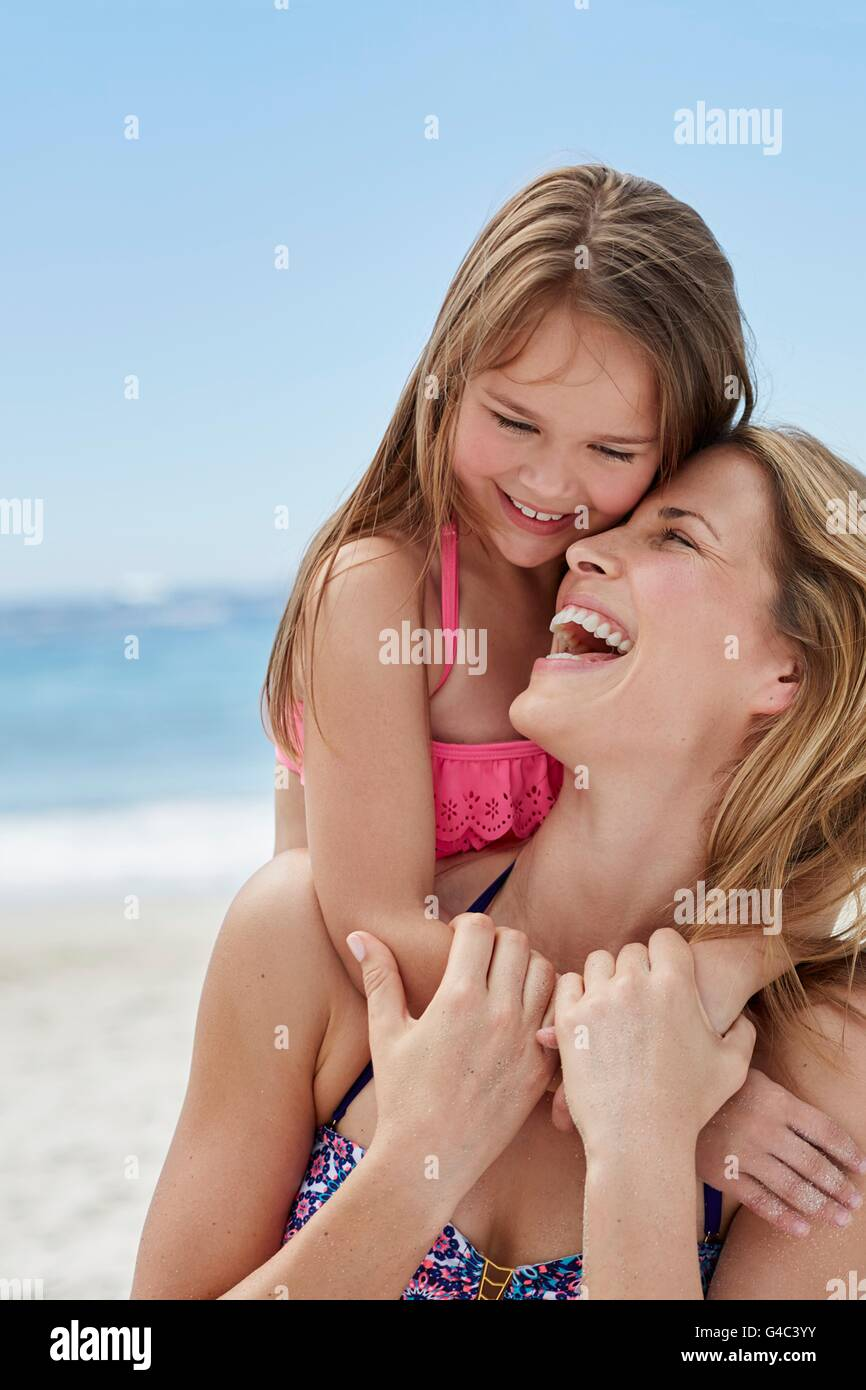 Modelo liberado. Madre e hija riendo en la playa. Imagen De Stock