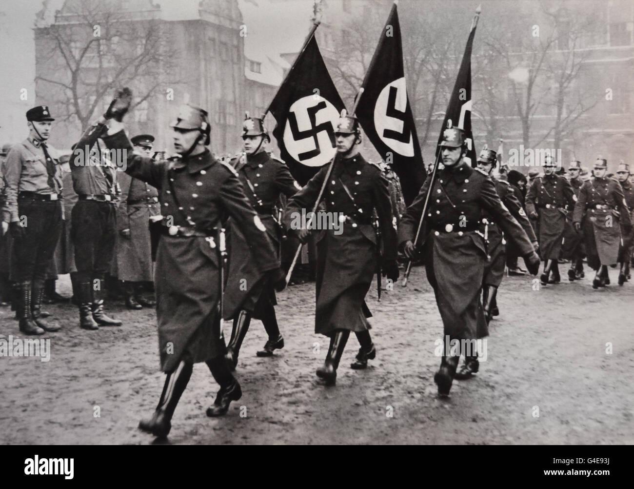 Destacamento de Policía de Berlín de marzo a un nazi parte rally 1933 ( Topographie de Terror museo histórico Imagen De Stock