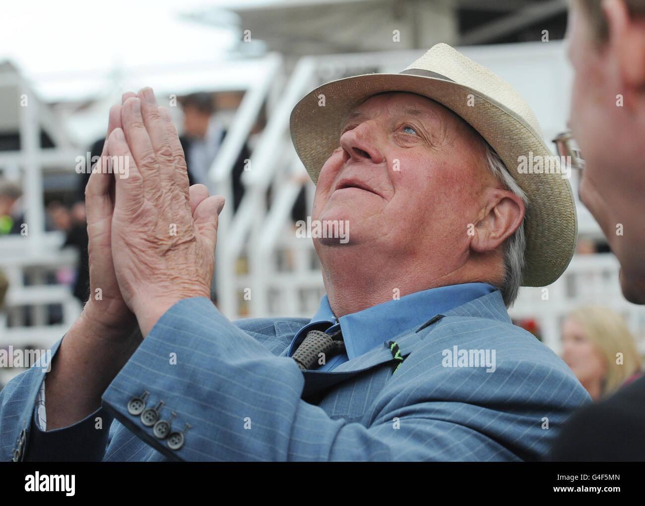 El entrenador de arte arriesgado Mick Easterby celebra la victoria en el Betfred Bonus King Stakes durante el Ebor Festival 2011 en el hipódromo de York. Foto de stock