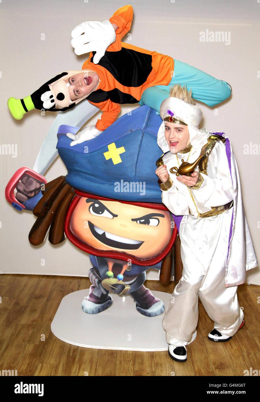 Jedward suit up como Goofy y Aladdin en Hamleys en el centro de Londres para el lanzamiento de Disney Universe el videojuego. Foto de stock