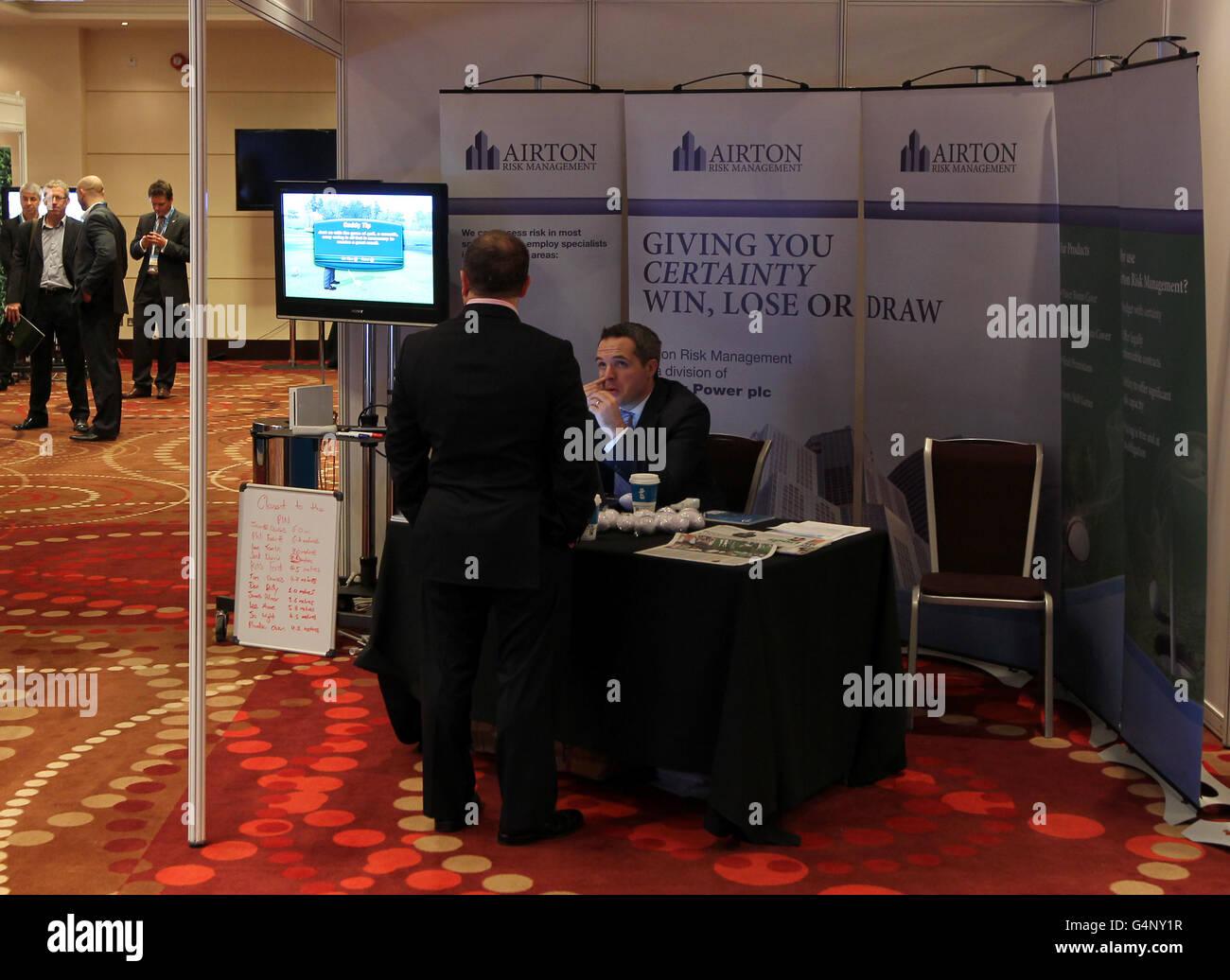 El stand de Airton Risk Management con los expositores el día de La exposición de Rugby Foto de stock