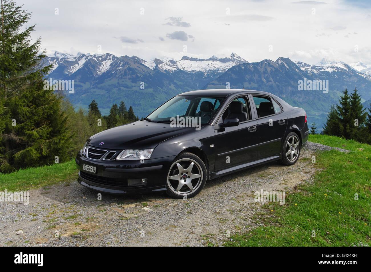 Negro metalizado de segunda generación Saab 9-3 Sedán Aero en frente de un escenario Alpino. Imagen De Stock