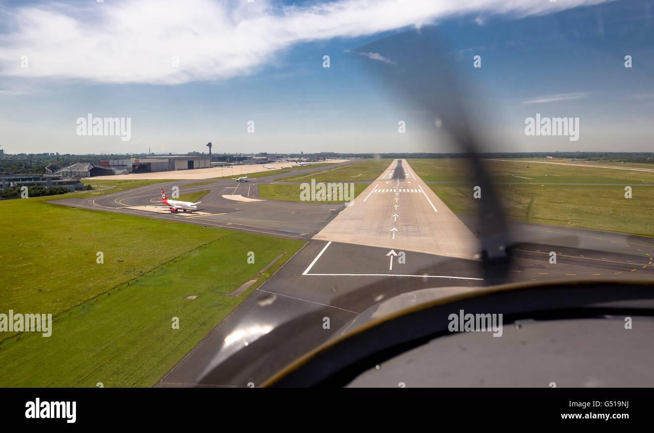 Vista aérea, llegando al aeropuerto de Dusseldorf, el enfoque en el 23L en un pequeño avión, Dusseldorf, Imagen De Stock