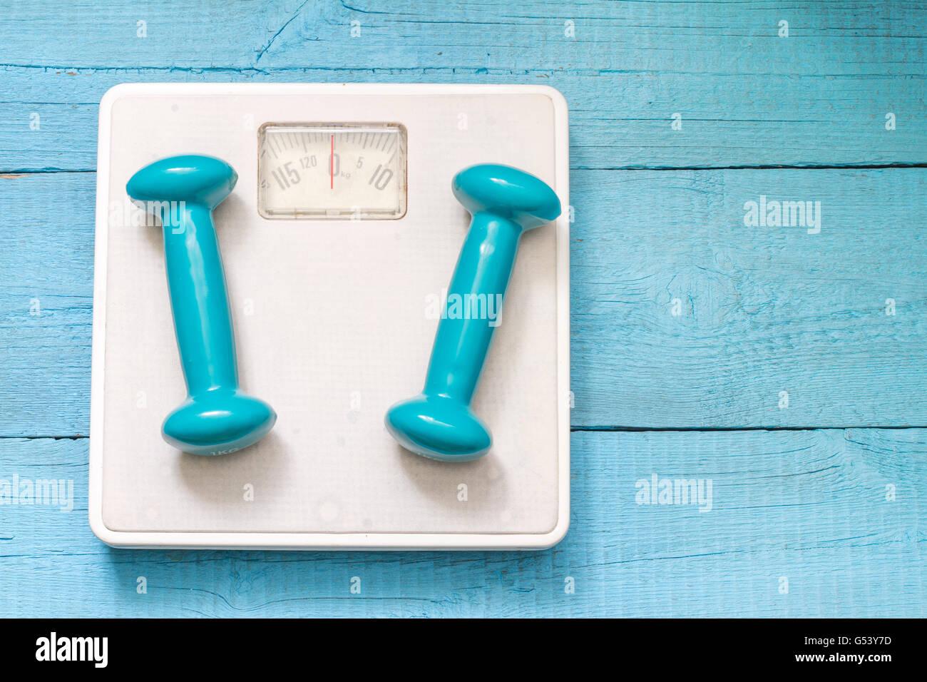 Gimnasio y dieta concepto abstracto con mancuernas closeup Imagen De Stock