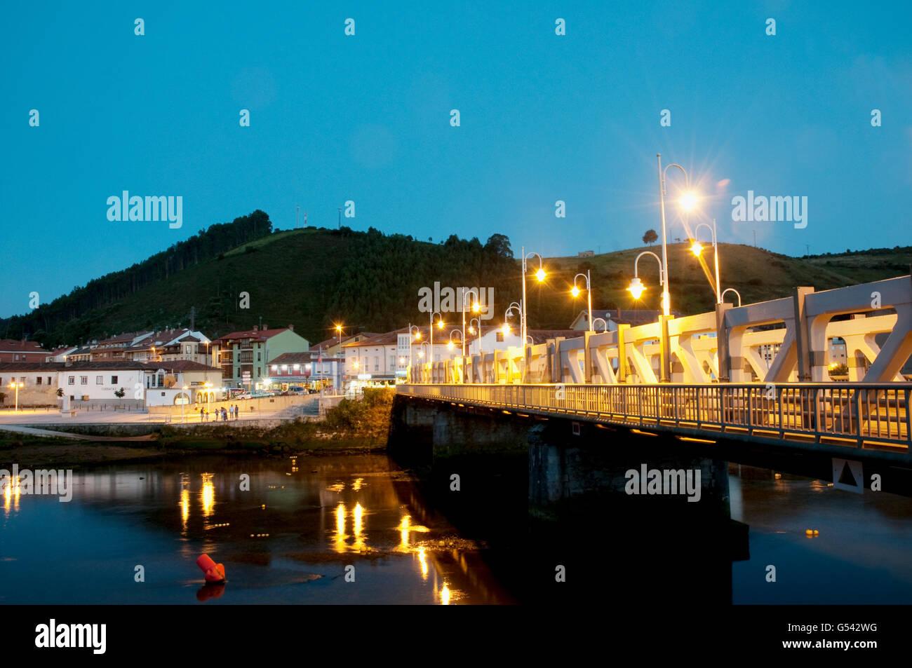Puente sobre el río Deva y vista de Unquera en la noche. Cantabria, España. Foto de stock