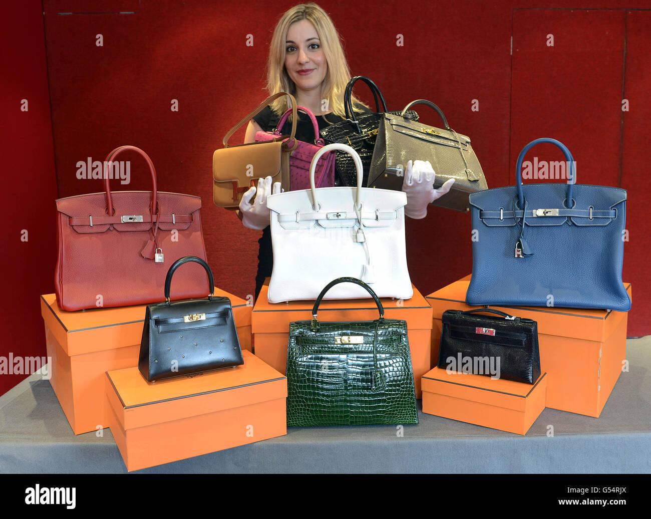Miembro del personal de Bonhams, con una selección de sesenta y cuatro bolsas Hermes de una colección privada, que se subastarán en Bonhams, Knightsbridge, el 16 de mayo. Foto de stock