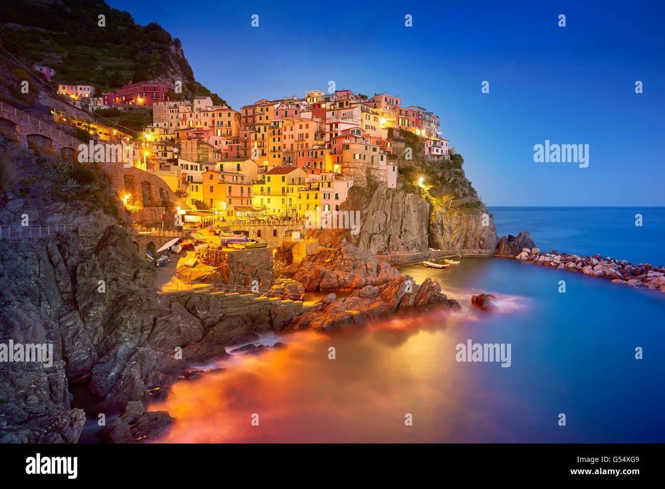 Manarola en la tarde noche, el Parque Nacional de Cinque Terre, Liguria, Italia, la UNESCO Imagen De Stock