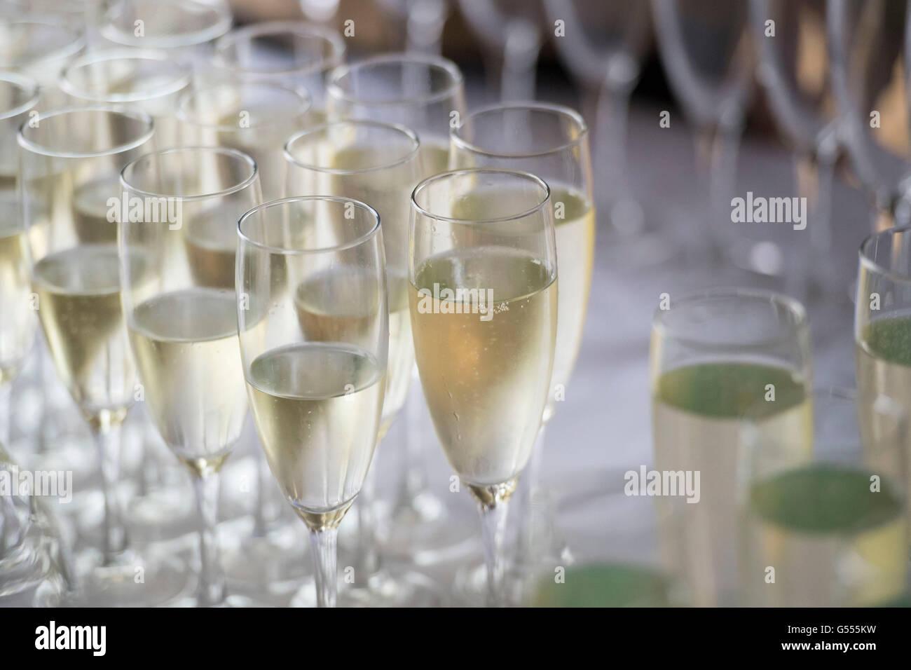 Champaña servido en copas de una botella durante una recepción con champán. Foto de stock