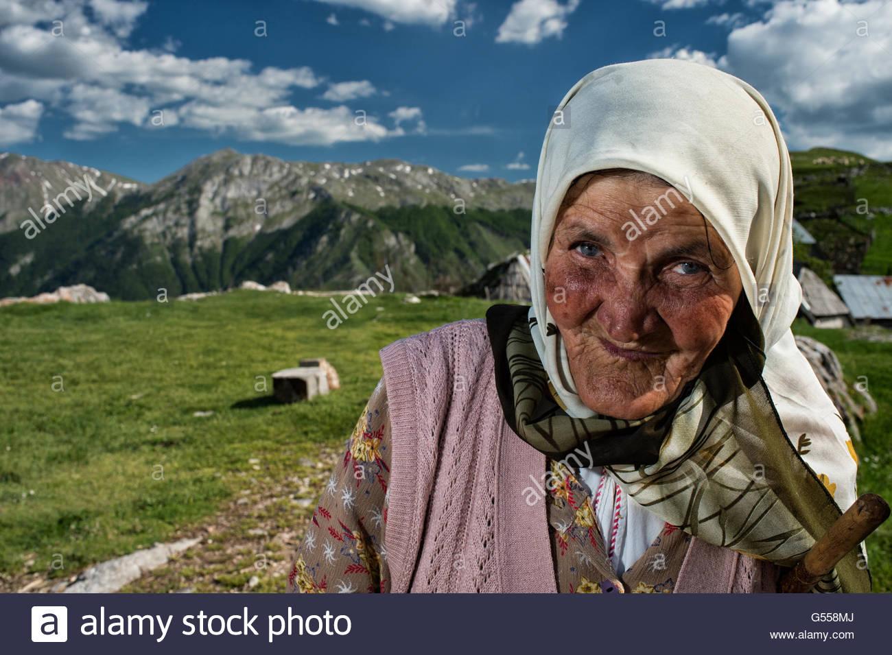 Una anciana por Lukomir, las más remotas y más poblado de Europa Bosnia-Erzegovina Imagen De Stock