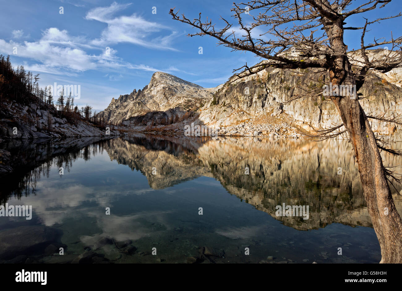 WASHINGTON- colinas graníticas y poco Annapurna reflejando en la perfección del Lago; el encanto de los Imagen De Stock