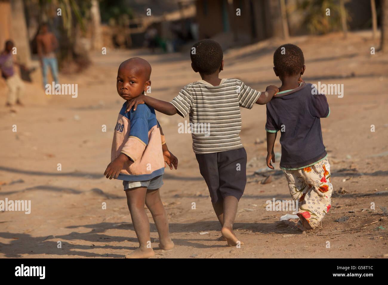 Los niños caminan a través de un barrio suburbano de Nampula, Mozambique. Imagen De Stock