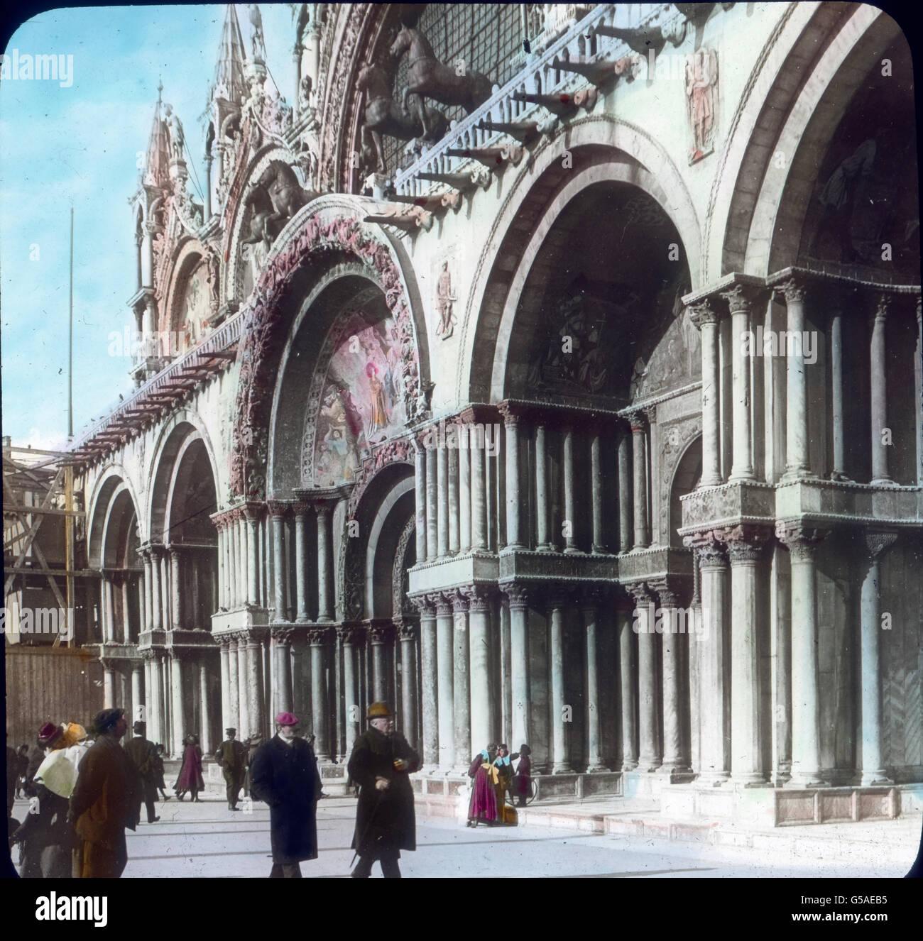 Reiche Säulenbündel tragen die Torbogen. Wir auch auf der oberen beachten Galerie die vier Rosse, die Imagen De Stock
