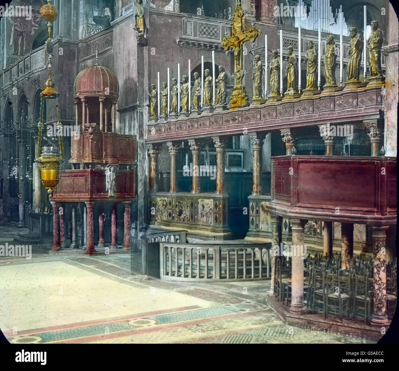 Der Chor mit dem Hauptaltar vom Schiff ist der Kirche durch eine Marmorbrüstung getrennt, Auf der acht kunstreiche Imagen De Stock