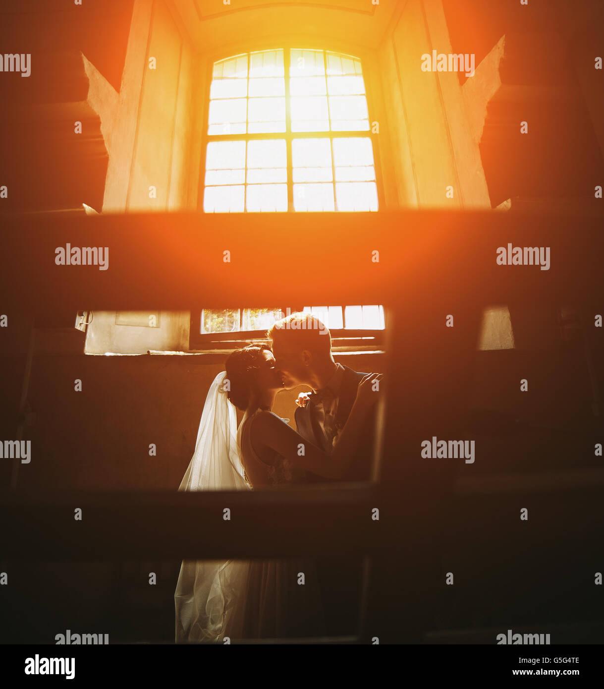 La novia y el novio en el fondo de una ventana. Imagen De Stock