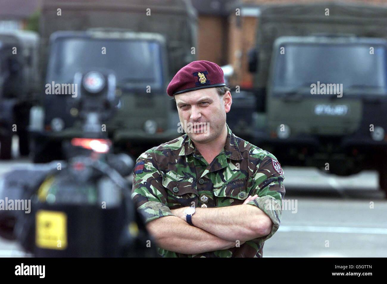 El Brigadier Barney White-Spunner, comandante de la Brigada de Asalto aéreo 16 en Goojerat Barracks, Colchester, se prepara para dirigirse a Macedonia después de que la OTAN diera el paso a la primera fase de la operación para desarmar a los rebeldes albaneses. * alrededor de 350 a 400 personas debían comenzar a ser desplegados en la región durante el fin de semana para establecer una sede para la operación denominada Essential Harvest. El papel del elemento Forward será determinar si será posible que una fuerza de la OTAN aplique el plan de recolección de armas acordado por el gobierno macedonio y el rebelde Foto de stock