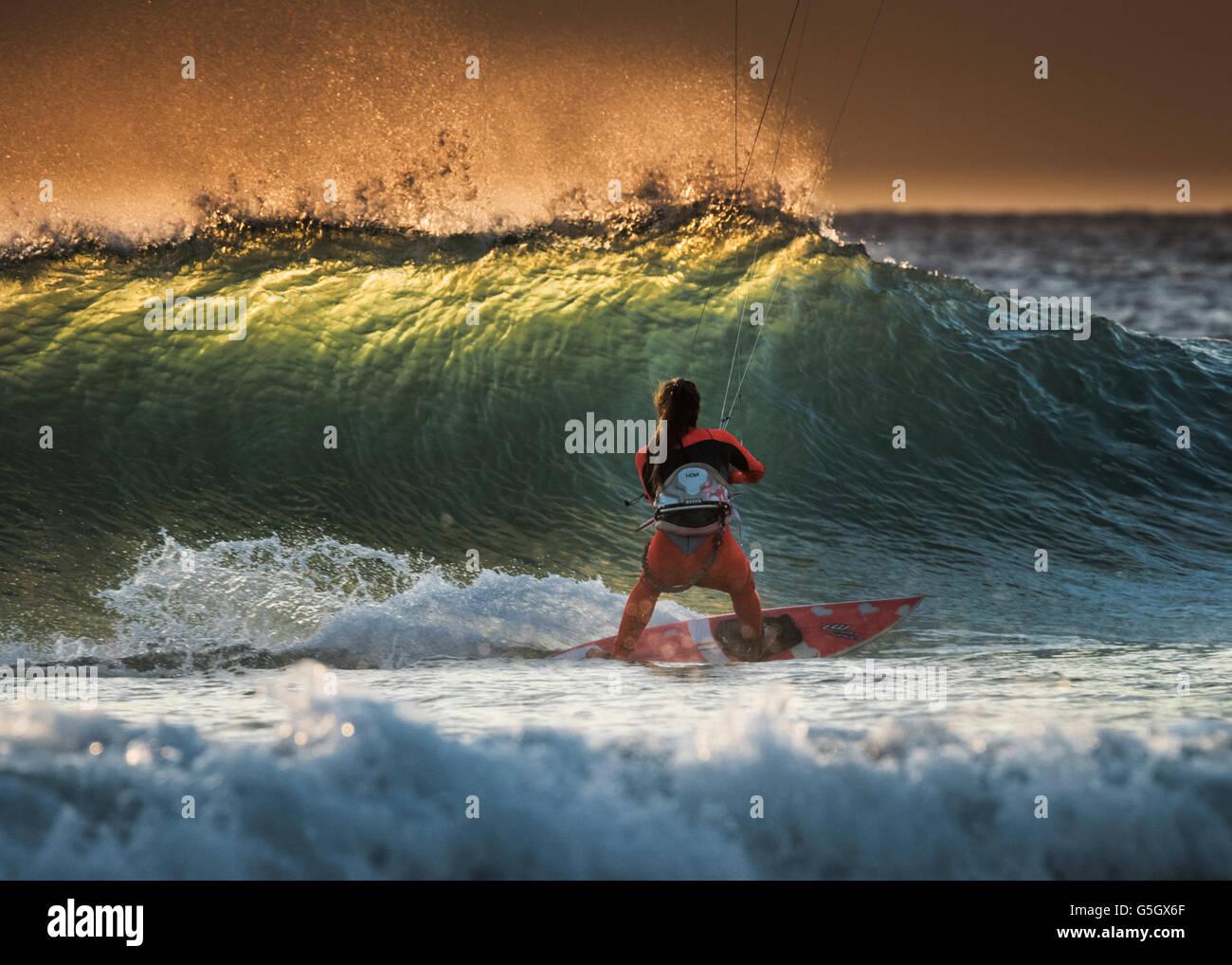 Kitesurfer montando una onda en Tarifa, Costa de la Luz, Cádiz, Andalucía, España, el sur de Europa. Imagen De Stock