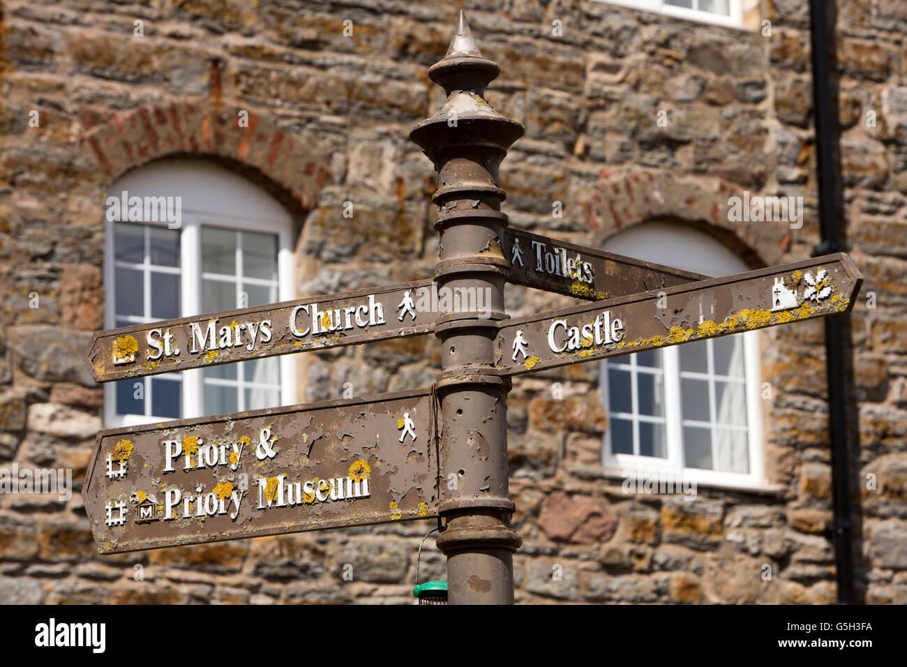 Reino Unido, Inglaterra Northumberland, Lindisfarne, Holy Island, Marygate, cubiertos de líquenes de orientación turística Foto de stock