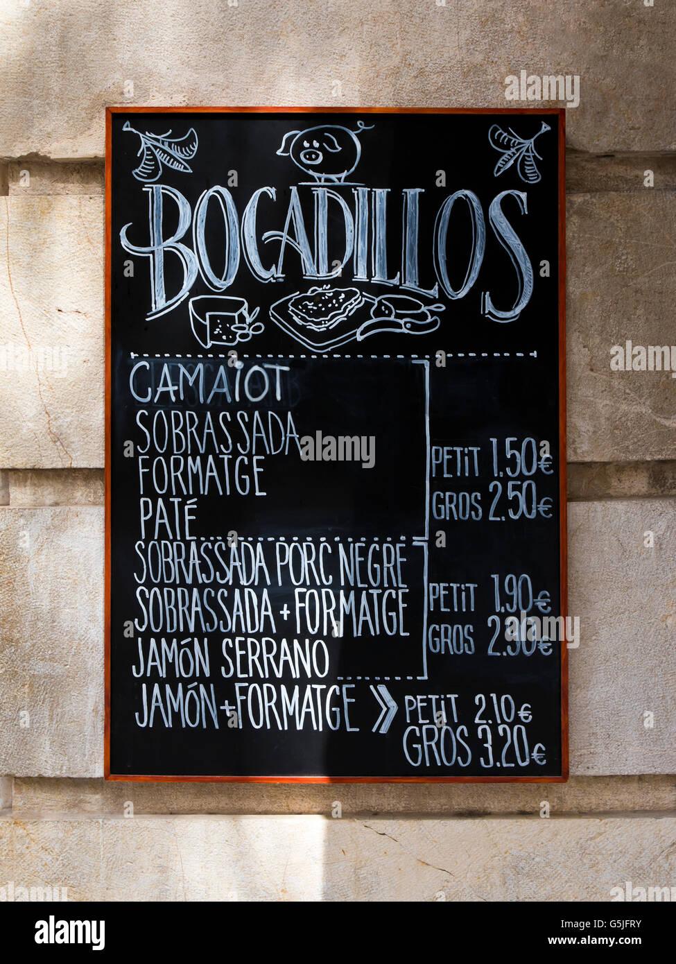 Vertical cerca de una lista de precios de la pizarra para bocadillos tradicionales de Mallorca. Foto de stock