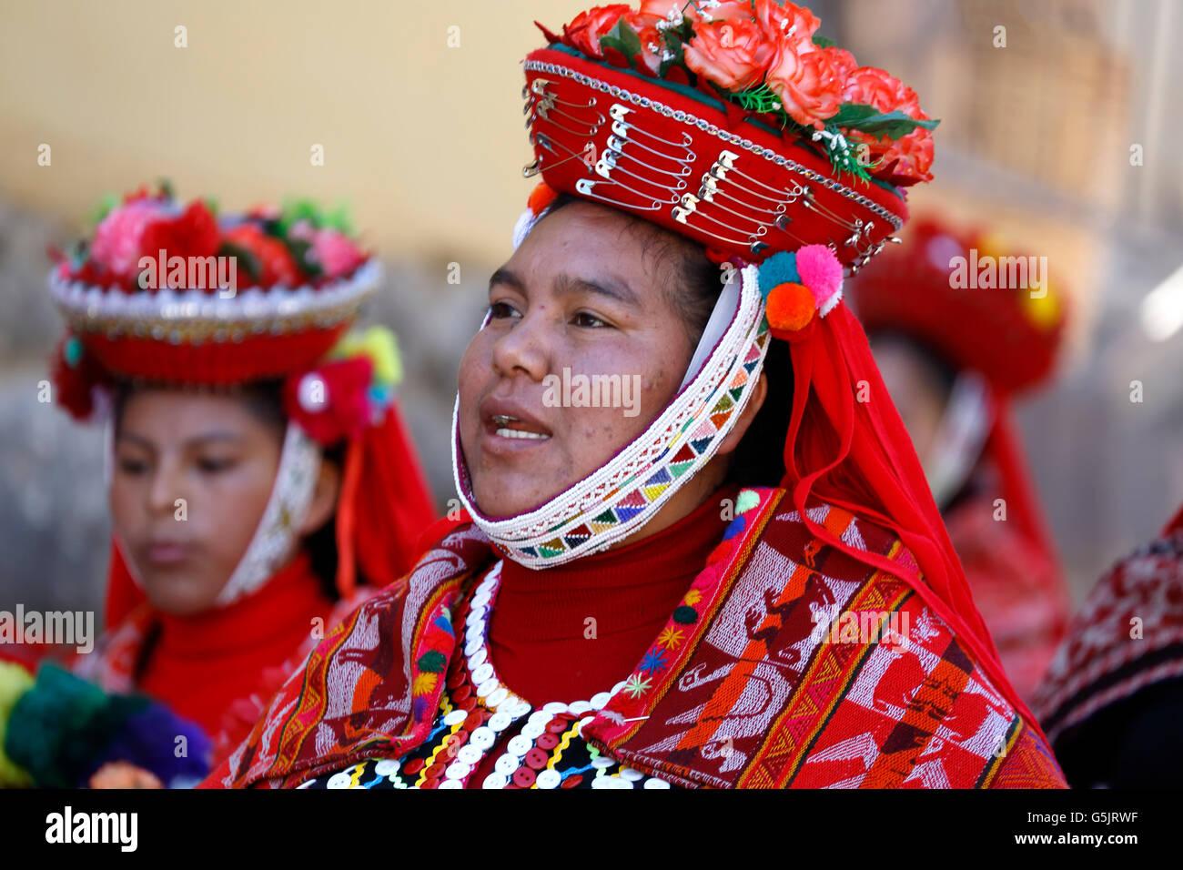 Las mujeres vestidas con trajes coloridos durante la procesión religiosa, Ollantaytambo, Cusco, Perú Imagen De Stock