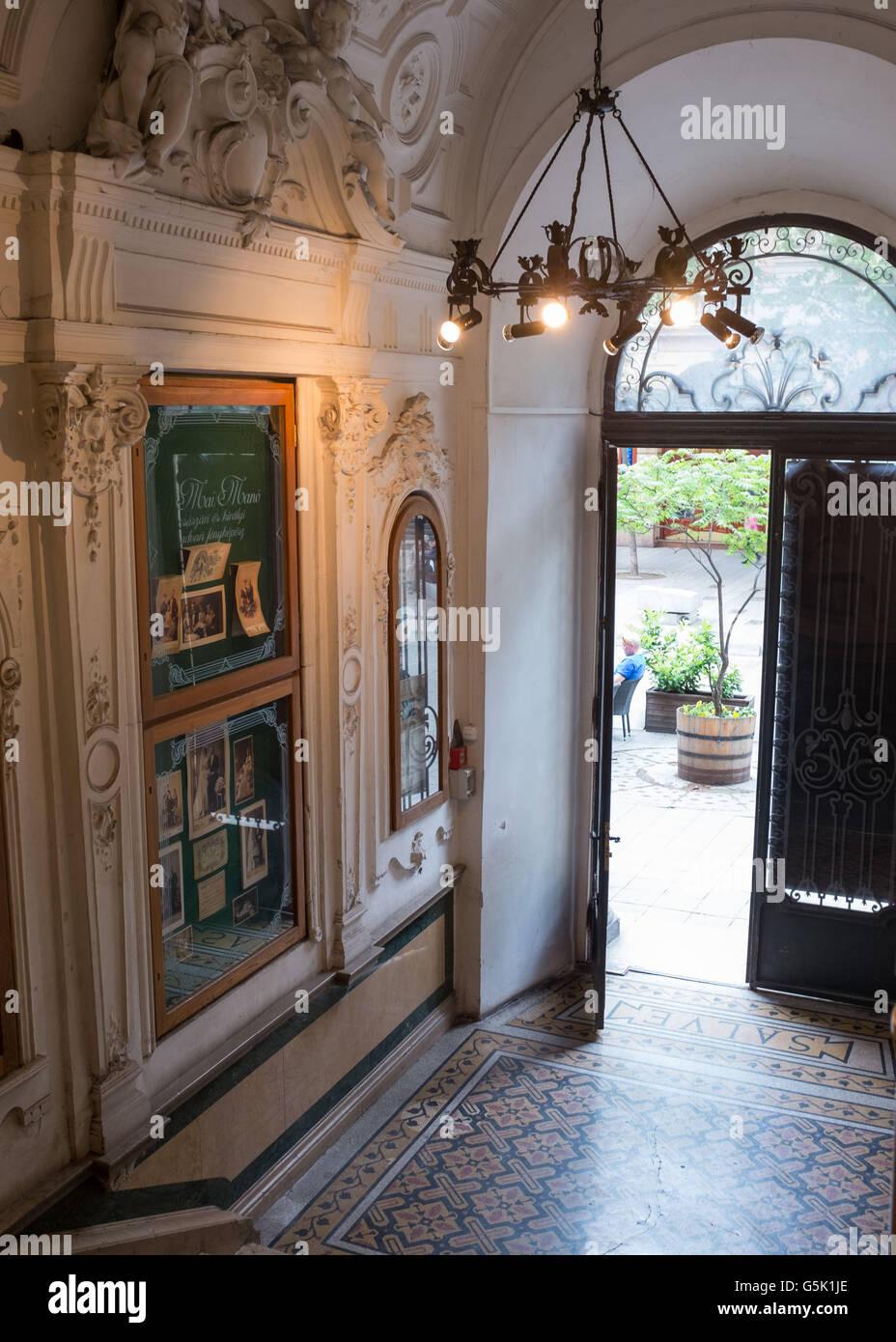 Entrada del Mai Manó Casa en Budapest,Hungría Imagen De Stock