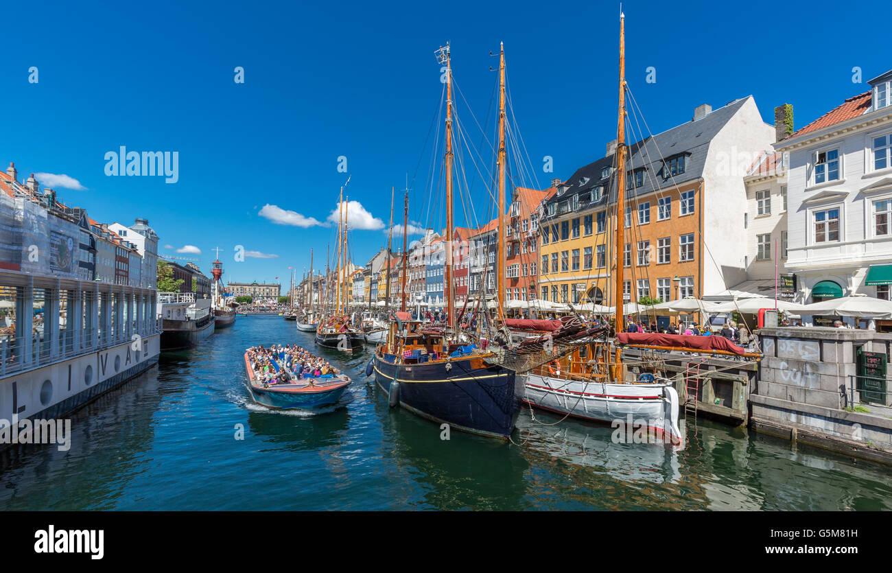 Excursión en barco, canal de Nyhavn, Copenhague, Dinamarca Foto de stock