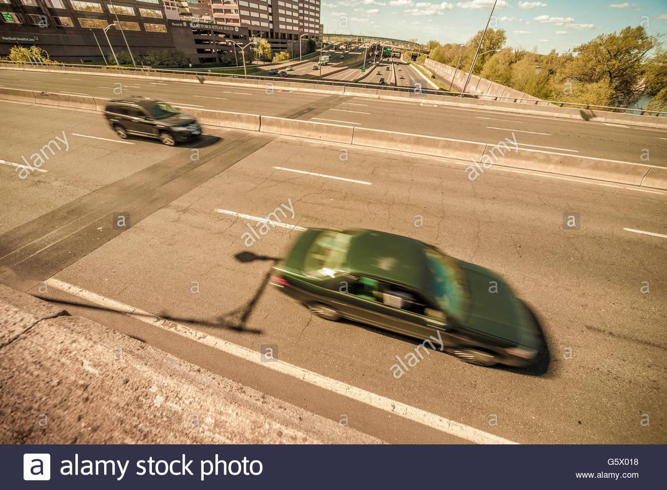 Los automóviles en una carretera. Imagen De Stock