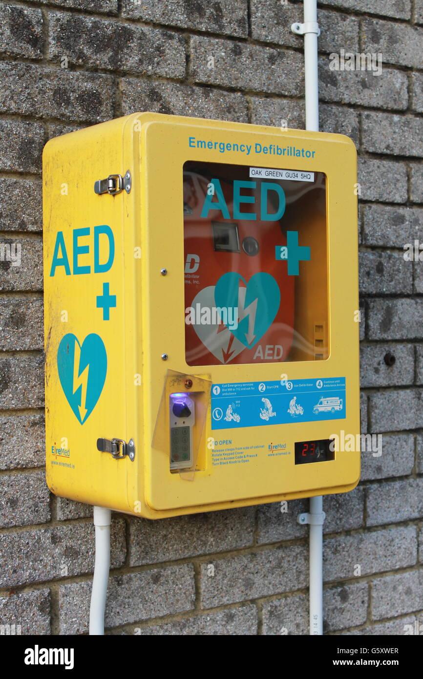 Desfibrilador, emergencia potencialmente mortal, cardíaca, choque eléctrico, rcp, cuatro marcas, Hampshire Imagen De Stock