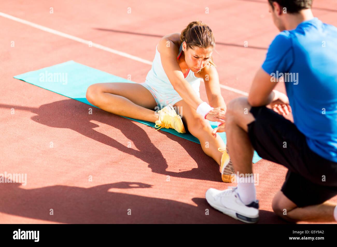 Mujer con entrenador personal de formación outdoor Imagen De Stock