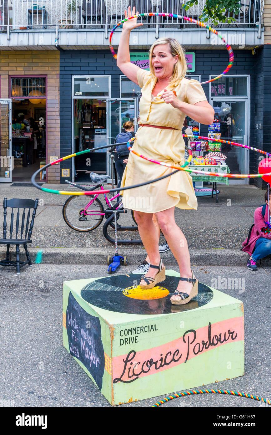 Mary Jean Dunsdon ¿Hula Hoop demo fuera de su salón tienda de caramelos de regaliz, Italiano día, Imagen De Stock